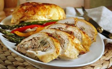 Pechuga de pavo rellena con salsa de roquefort recet n for Como cocinar pechuga de pavo