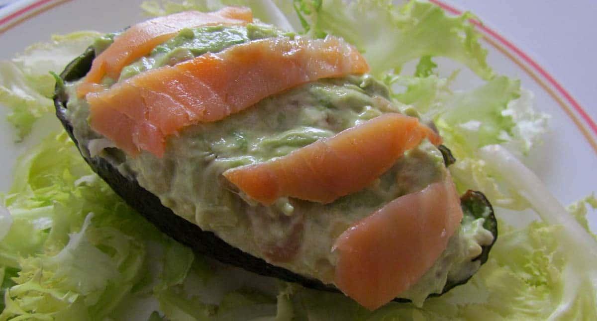 Aguacates rellenos de escarola y salmón