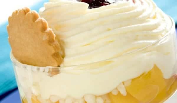 Melocotones con helado, postre en copa