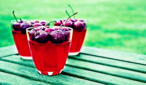 Gelatina con cerezas, mételo en un menú rojo