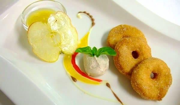 Buñuelos de manzana, con salsas y helados