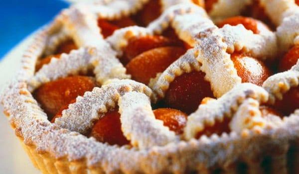 Tarta de albaricoques, masa crujiente y fruta jugosa