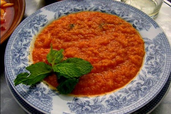 Sopa de tomate con hierbabuena fresca y pan