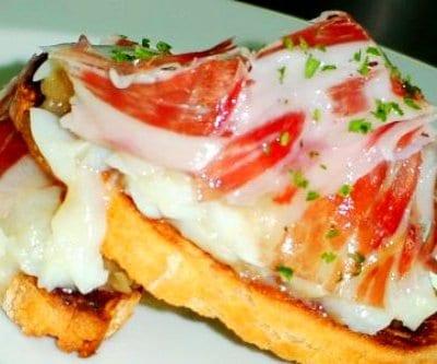Tosta de bacalao, jamón y cebolla