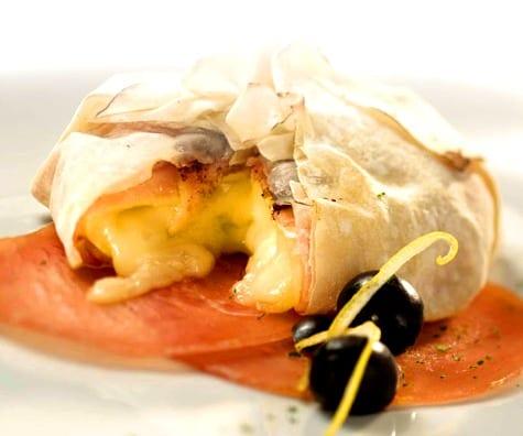 Paquetitos hojaldrados de mortadela y queso