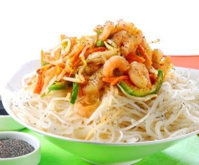 Fideos de arroz con wok de gambas y verduras recet n - Como hacer verduras salteadas ...