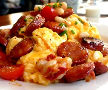 Huevos revueltos con chorizo y alubias