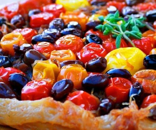 Tatín mediterránea con tomates carameliazos y aceitunas aliñadas