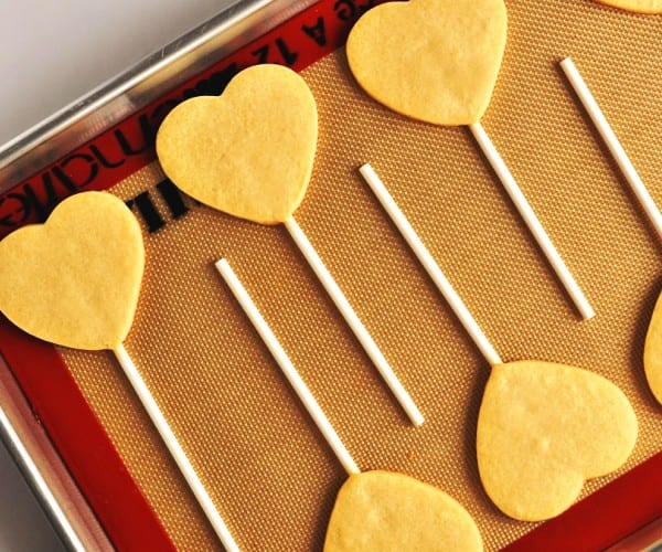 Piruletas de galleta con forma de corazón: love is in the air