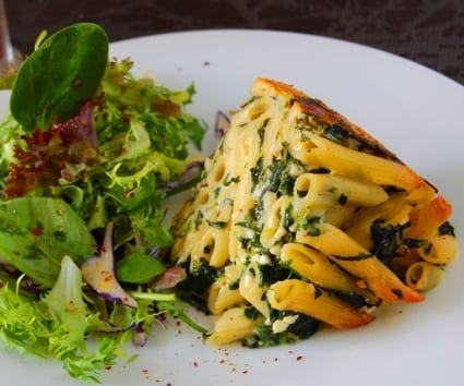 Pastel de macarrones, espinacas y quesos italianos