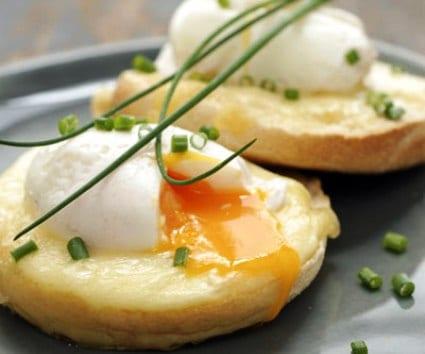"""Huevo escalfado sobre blini """"mixto"""": ¿york y queso?"""