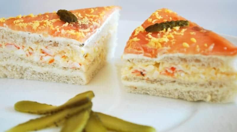 Pastel de salmón y ensaladilla, con pan de molde