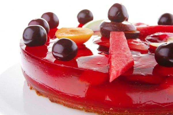 Pastel de gelatina, cargado de frutas