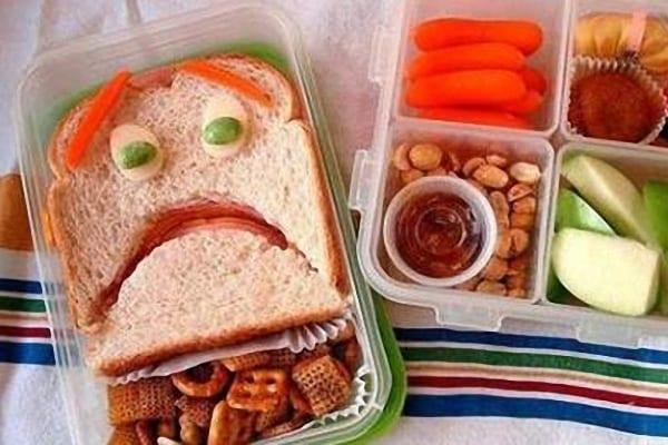 Sandwich con cara de enfadado