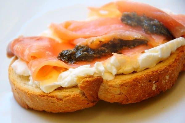 Tosta de salmón y queso de cabra - Recetín