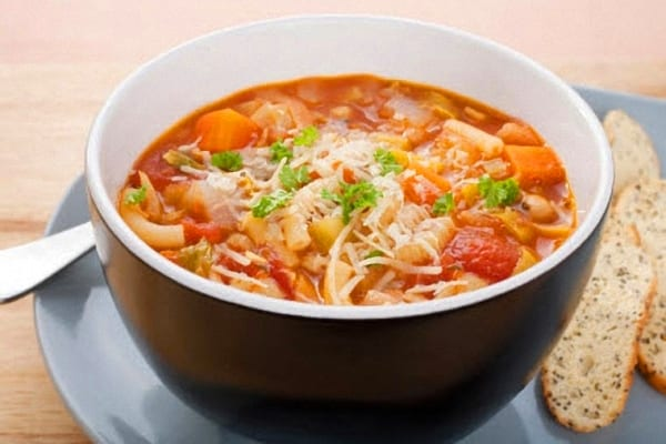 Sopa de verduras con fideos y alubias
