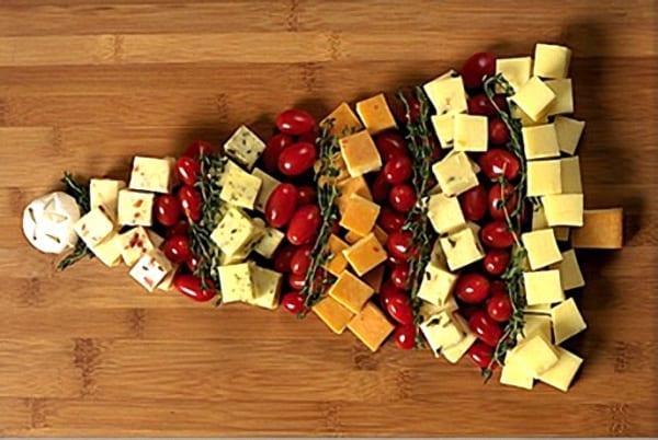 Tabla de quesos servida en forma de árbol de Navidad