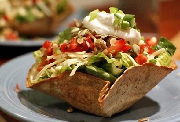 Ensalada mixta servida en tacos