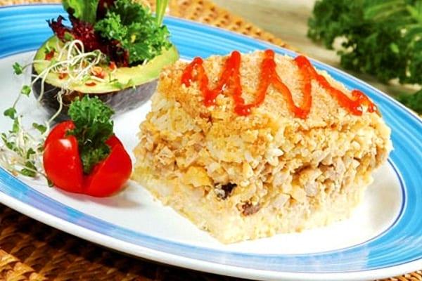 Pastel de arroz y frutos secos con carne o pescado