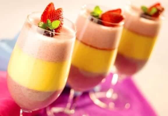 Copa de crema de frutas tres colores tres sabores recet n for Postres sencillos y originales