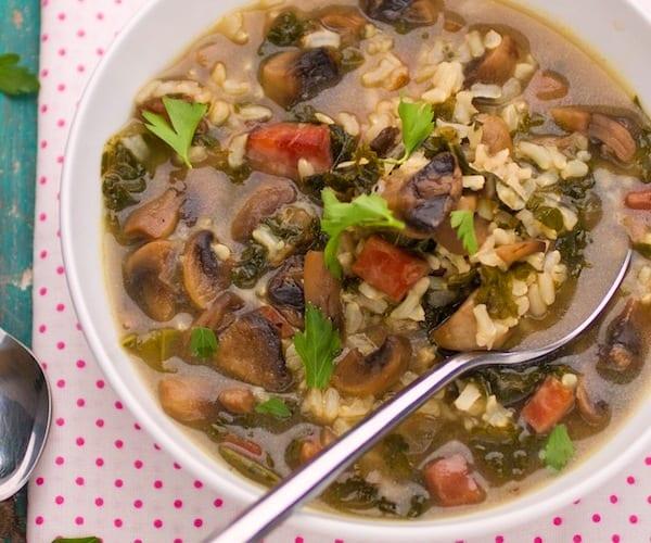 Sopa de arroz integral, champiñones y jamón