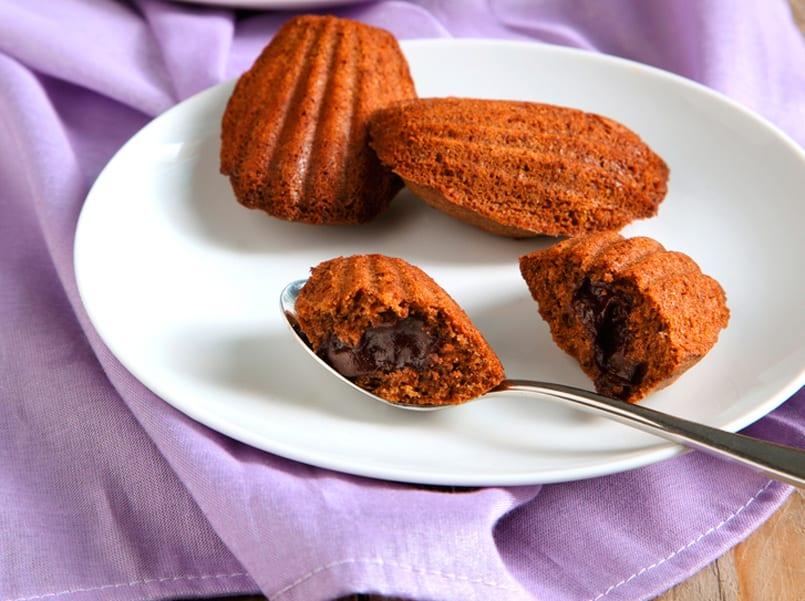 Madeleines: conchas de bizcocho y cacao bañanadas en dulce de leche