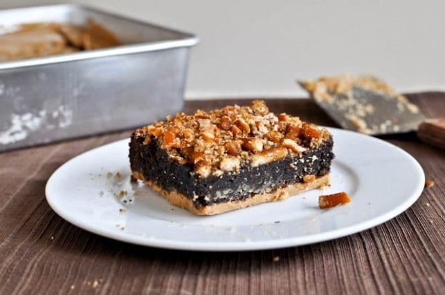 Brownie de chocolate con pretzles