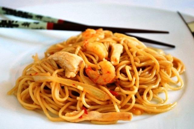 Fideos chinos con pollo y coco