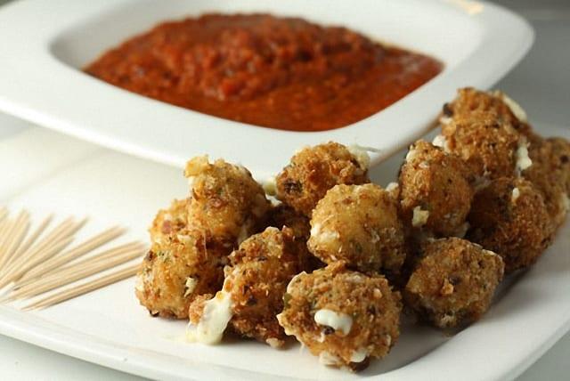 Mozzarella frita con rebozado de palomitas de maíz