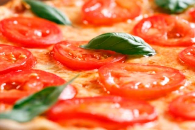 Falsa pizza de tomate fresco y albahaca
