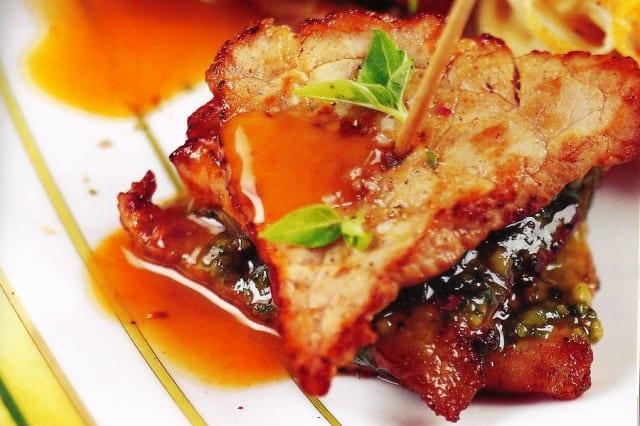Escalopes de ternera rellenos de jamón, con salsa pesto