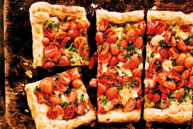 Crujicoca de puerro, tomate y queso azul