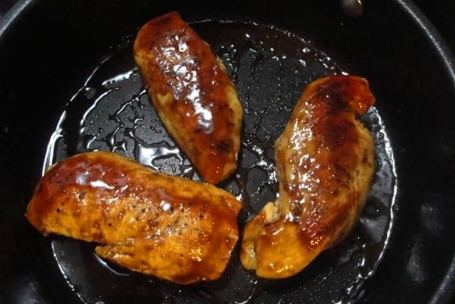 Pechugas glaseadas con salsa de sidra y mostaza