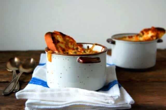 Sopa de cebolla inglesa con salvia y cheddar