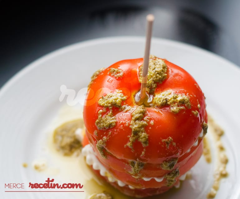 Milhojas de tomate, queso fresco y Pesto