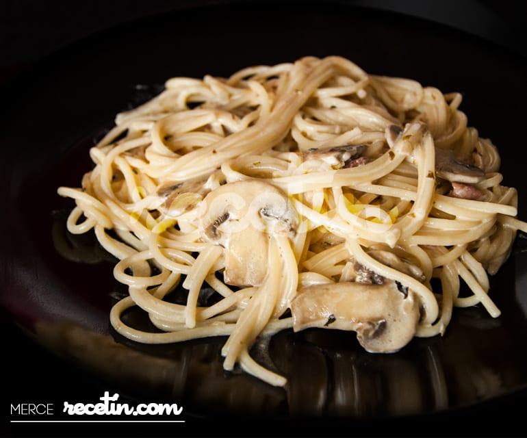 Espaguetis con champiñones en salsa Ideal