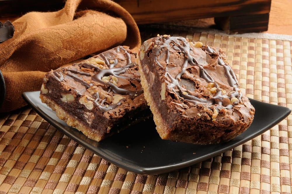 Brownie de fiesta con trozos de caramelo