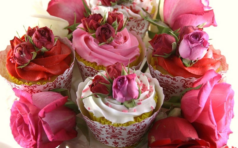 ===El arte comestible=== - Página 5 Cupcakes-san-valentin-con-flores-comestibles