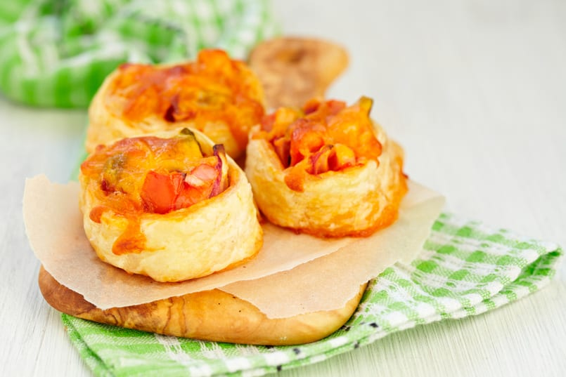 Tartaletas de jamón con huevo, queso y champiñón al horno, rico aperitivo