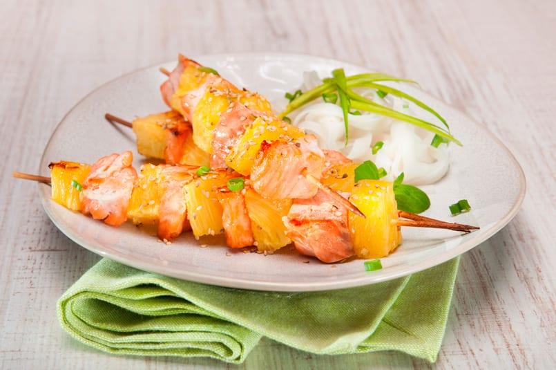 Brochetas de salmón y piña, más que deliciosas