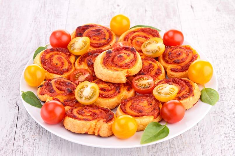 Espirales saladas de jamón, queso y tomate