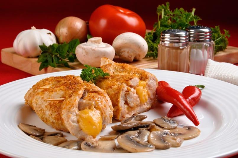 Filetes de pollo rellenos de queso enmental