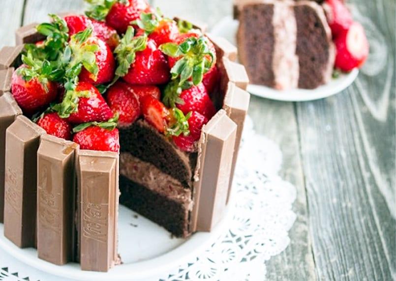 Tarta fácil de chocolate, fresas y Kit Kat