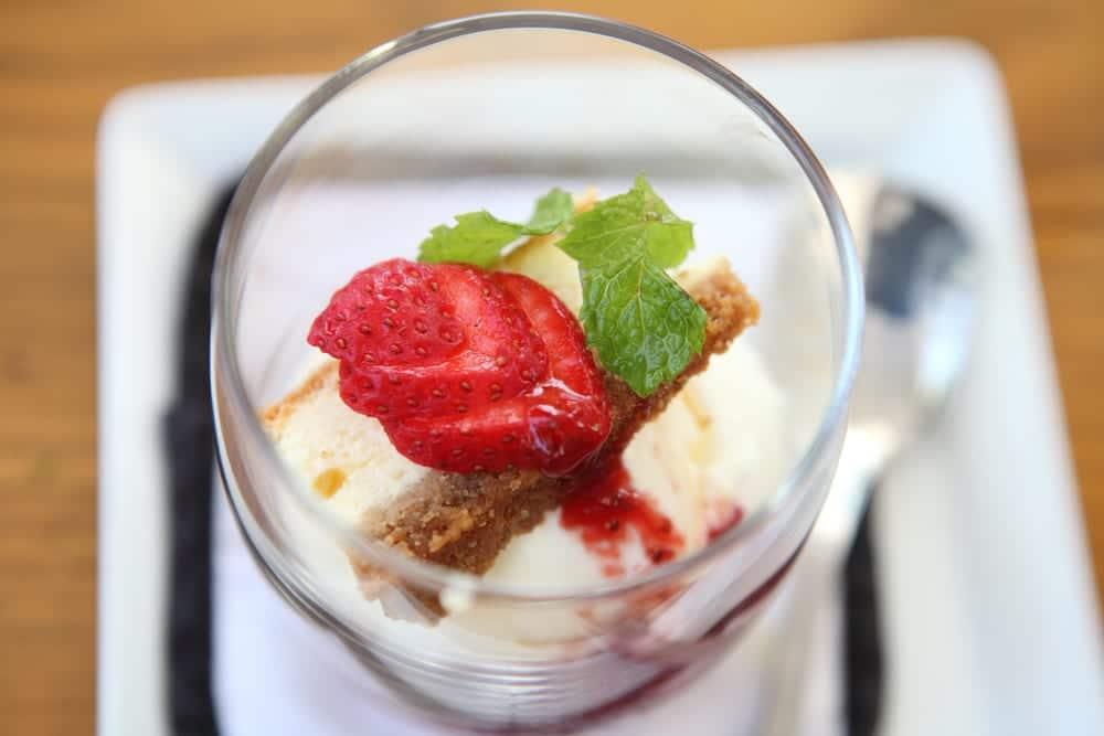 Helado de tarta de queso con fresas, ¡rápido y delicioso!