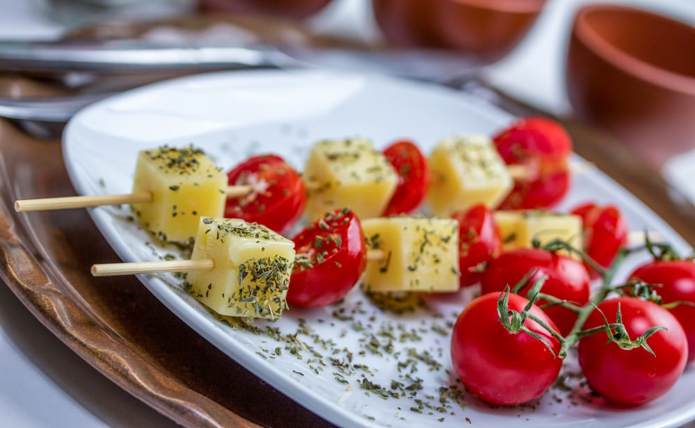 brochetas de tomates cherry y queso