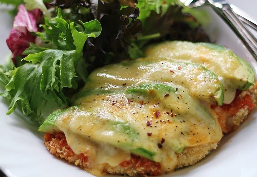 Filetes de pollo a la parmesana, con aguacate y queso