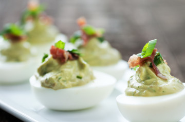 Huevos rellenos de guacamole especial para Navidad