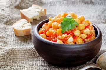 Ensalada de garbanzos con huevo duro y tomate