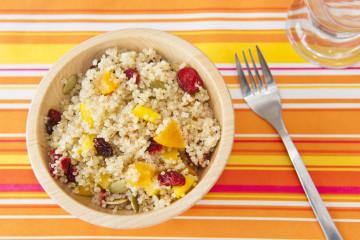 Quinoa cremosa con arándanos y mango