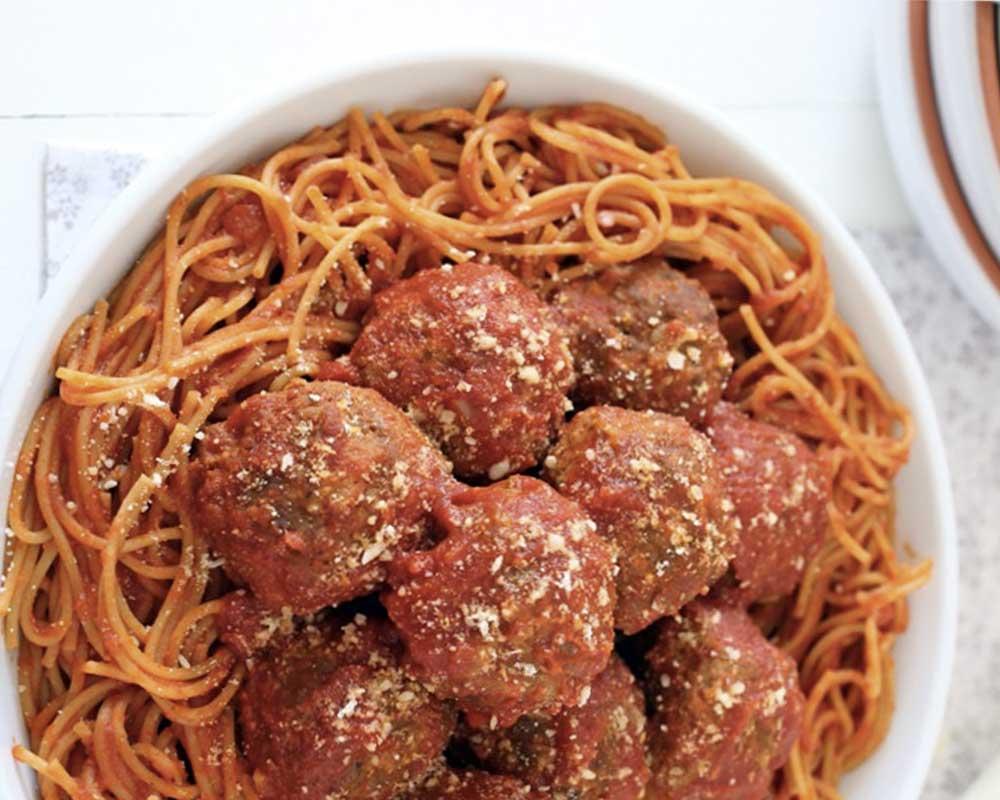 Albóndigas caseras de carne y mozzarella con salsa de tomate y espaguetis